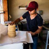 Papel para envolver tortillas vs bolsa de plástico, ¿cuál le conviene a tu negocio?